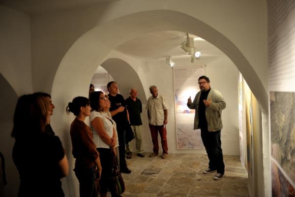 Avtor razstave, dr. Dimitrij Mlekuž, med njeno razlago (foto: Borut Lozej)