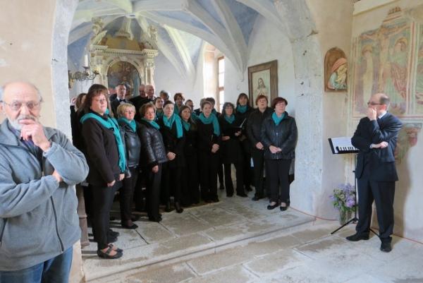 Mešani pevski zbor Divača v cerkvici sv. Helene na Gradišču (foto: Darja Kranjc)