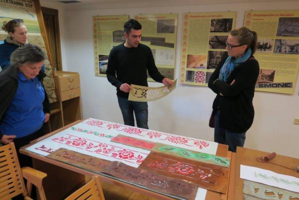 Primož Rojc med razlago svoje razstave Soboslikarstvo na Bistriškem (foto: Darja Kranjc)