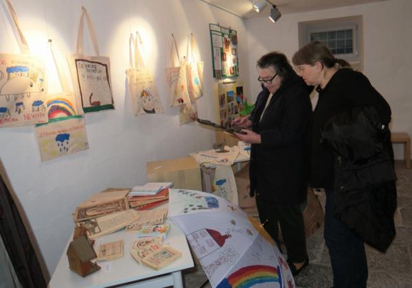 Nadja Babič iz Naklega z barometrom, ki ga je posodila za razstavo divaške šole, in mentorica Barbara Jazbec (foto: Vanja Debevec)