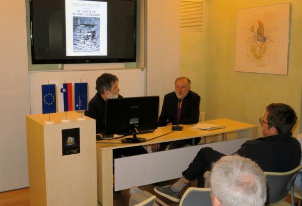 Pogovor z dr. Trevorjem Shawom je vodil mag. Aleš Pogačnik iz Založbe ZRC SAZU (foto: Darja Kranjc)