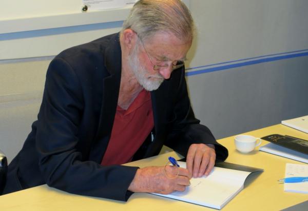 Dr. Shaw med podpisovanjem knjige (foto: Darja Kranjc)