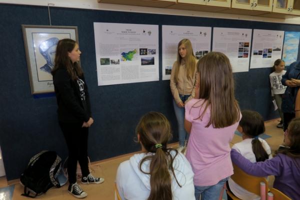 Učenke OŠ Podgora Kuteževo predstavljajo zanimivo nalogo o vremenu nekoč in danes (foto: Darja Kranjc)