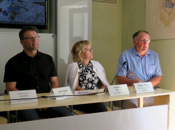 Tiskovna konferenca z Leonom Kebetom (WWF Adria), Damijano Gustinčič (ravnateljico OŠ Divača) in Stojanom Ščuko (direktorjem JZ PŠJ; foto: Darja Kranjc)