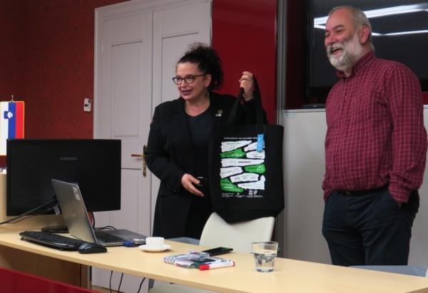 Vanja Debevec gospodu Stritihu poklanja naših 10. zapovedi za trajnostni razvoj (foto: Darja Kranjc)