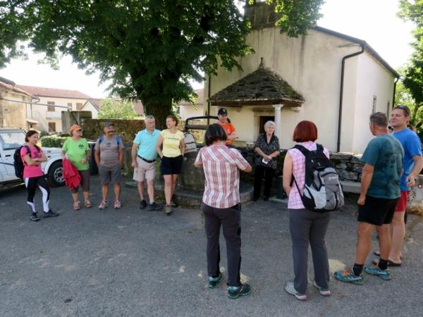 Nagovor predstavnikov KS Dolnje Ležeče in Cvetke Mahnič pred cerkevijo sv. Trojice (foto: Darja Kranjc)