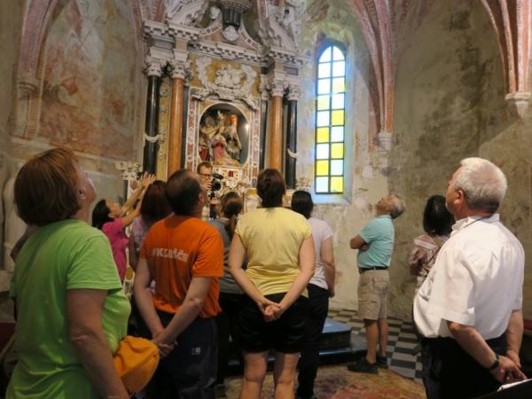 Minka Osojnik med razlago poslikave prezbiterija farne cerkve Marije Vnebovzete v Vremah (foto: Darja Kranjc)