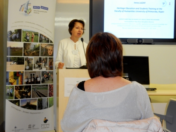 Dekanja Fakultete za humanistične študije Univerze na Primorskem med svojo predstavitvijo (foto: Darja Kranjc)