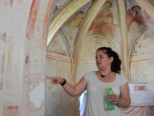 Restavratorka Katarina Brezigar v cerkvi sv. Brikcija v Naklem (foto: Darja Kranjc)