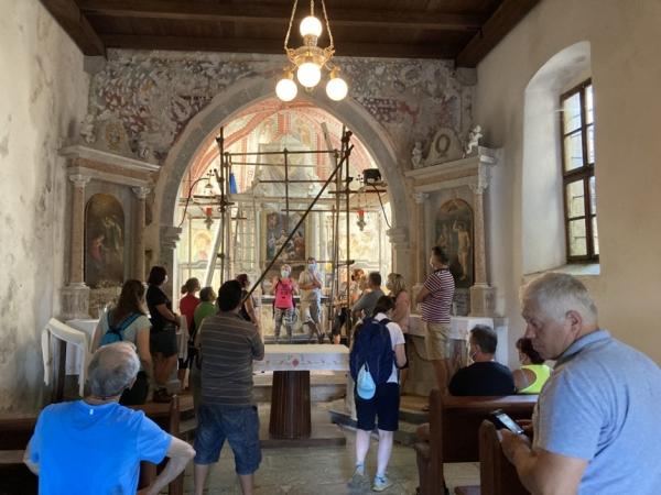 Minka Osojnik in mag. Andrej Jazbec iz ZVKDS OE NG med razlago poslikav v cerkvi Žalostne Matere Božje (foto: Darja Kranjc)
